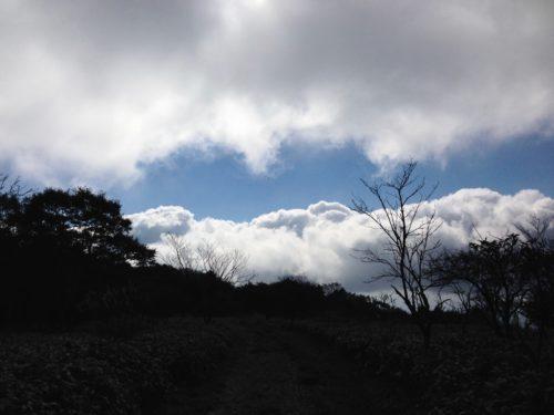 雲の切れ間の青空